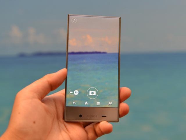 夏普發表超乎想像的極窄邊框手機Aquos Crystal