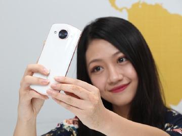 AI美顏自拍防手震 M8美圖手機人像模式開箱實測