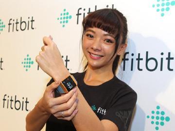 Fitbit Ionic智慧手錶2月台灣上市 耳機與體重計也將引進