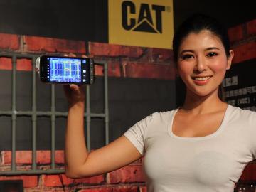 軍規三防手機CAT S61台灣上市 FLIR熱感應升級、新增雷射測距
