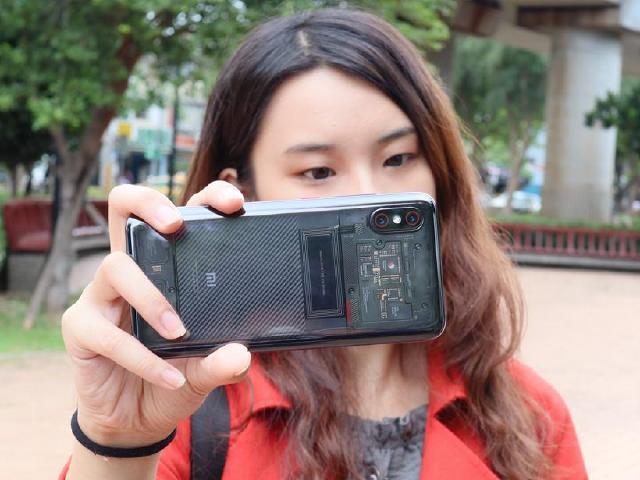 透明機身設計 6.21吋小米8 Pro螢幕指紋版開箱評測