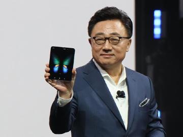 單機約6萬台幣!三星Galaxy Fold可折疊螢幕手機亮相