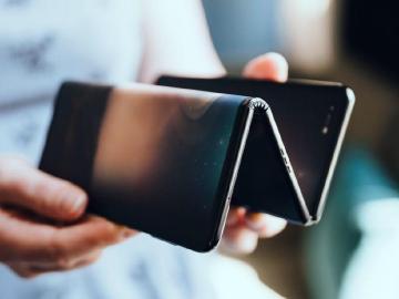 TCL可折疊螢幕手機新原型機亮相 10吋螢幕可三折收納