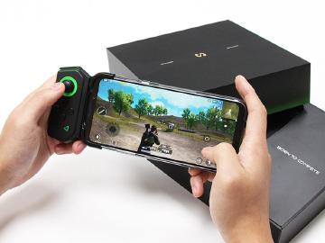 黑鯊眼燈效搭S855+ 黑鯊遊戲手機2 Pro國際版開箱與跑分