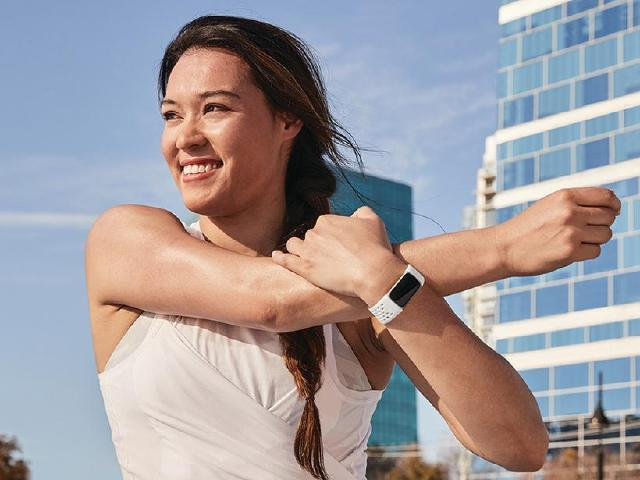 首度加入彩色螢幕 Fitbit Charge 5智慧手環開放預購